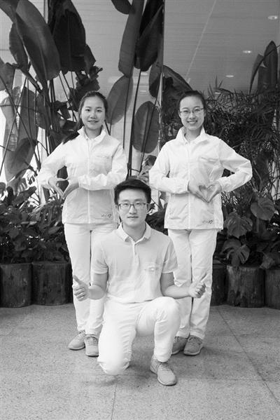 小青荷志愿者,张天宏、施阳阳、高珂(从左至右),都是浙江中医药大学的学生。