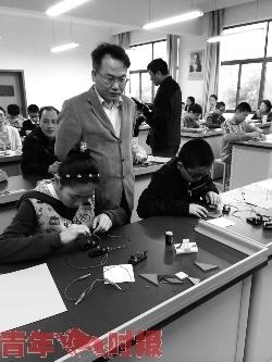 学生动手完成电路连接