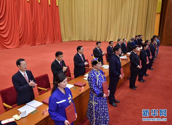 是习近平等党和国家领导人向全国劳动模范和先进工作者颁发荣誉证图片